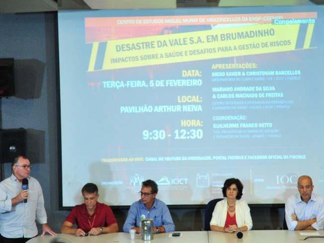 Mesa de convidados do evento sobre o desastre da Vale em Brumadinho