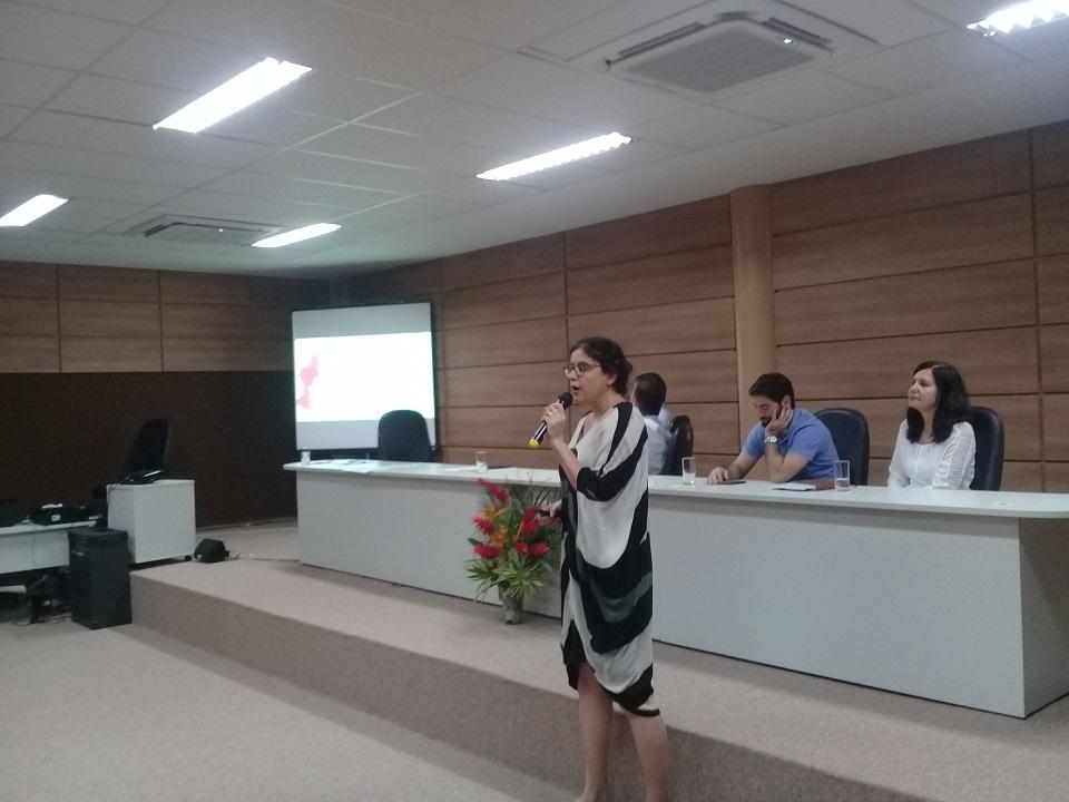 A pesquisadora Patrícia Feitosa apresenta o Monitor de Saúde do Semiárido no seminário Mudanças Climáticas, Desastres relacionados à Água e Saúde (Bahia)