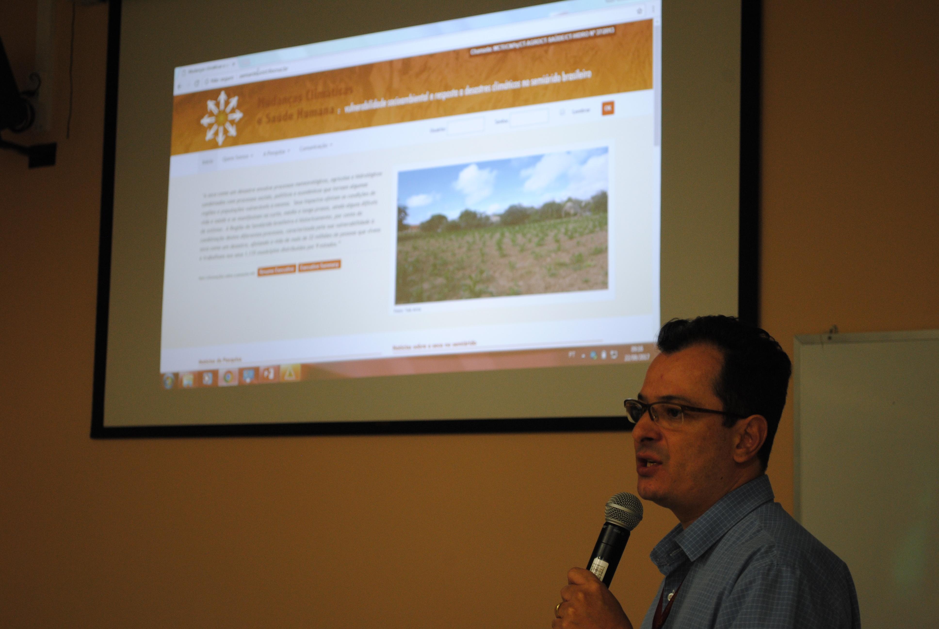 Pesquisador apresenta-se na oficina Mudanças climáticas e saúde: desastres de secas no semiárido brasileiro